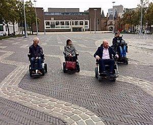politici in rolstoel op Markt