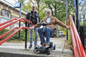 Fedde Makkinga in rolstoel op station Wolfheze