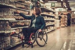vrouw in rolstoel in winkel