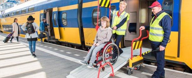 rolstoeler komt uit trein