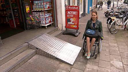 Jiska Stad-Ogier bij een te steile rolstoelhelling