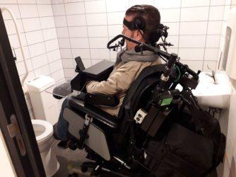 Dick in rolstoeltoilet