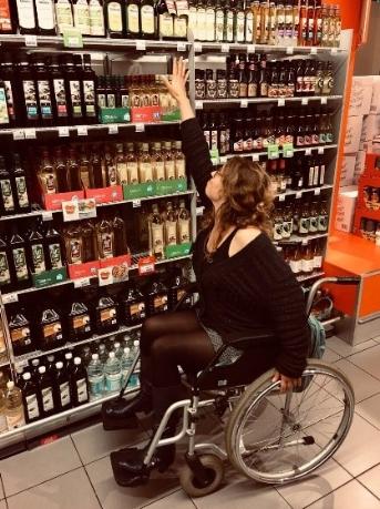 ambtenaar in rolstoel kan niet bij bovenste artikel in supermarkt