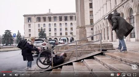 iemand in rolstoel valt achterover op hellingbaan