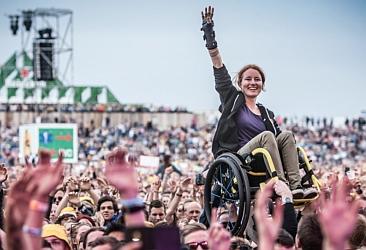 rolstoeler boven op publiek