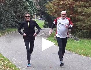 Johan rennend met zijn buddy, verbonden met een koordje