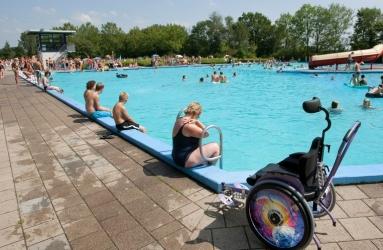 zwembad met rolstoel ervoor